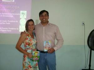 Secretária Municipal de Educação de Itarana Sra. Rosilei Sarnaglia Covre e o Presidente da SBD-ES Dr. Leonardo Mello Ferreira com o Gibi e o DVD educativos da Turma da Mônica.