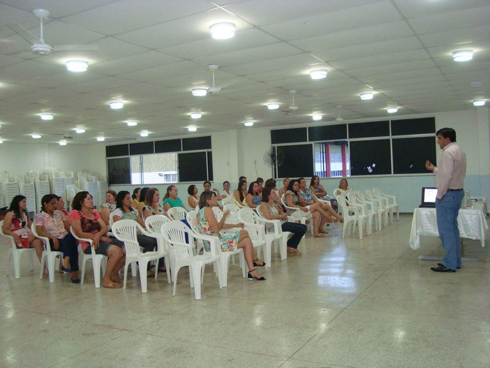 Dr. Leonardo palestrando para os Professores das Escolas Rurais de Itarana-ES
