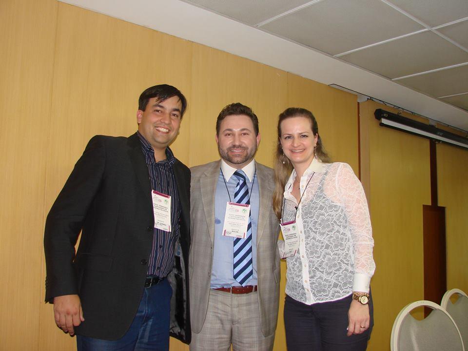 Dr. Leonardo Mello Ferreira (Presidente SBDES), Dr. Adilson Costa ( Chefe da PUC Campinas) e Dra. Thaiz Gava Rigoni Gurtler (Comissão Científica SBDES)